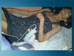 Idosa é encontrada desnutrida e com sinais de confusão mental em Ilhéus (Foto: Reprodução / TV Bahia)