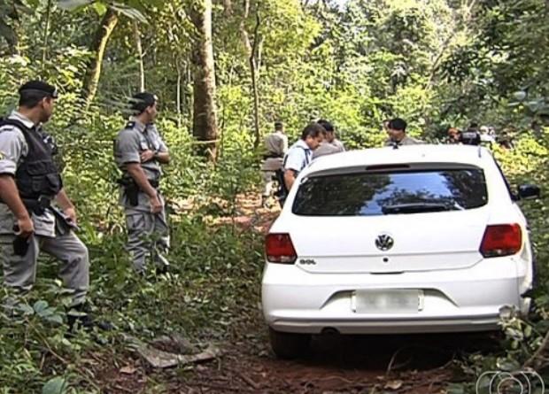 Carro da Polícia Civil roubado foi encontrado em mata da região noroeste de Goiânia, em Goiás (Foto: Reprodução/ TV Anhanguera)