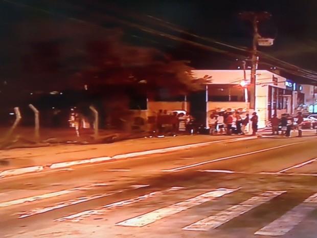 Por causa do incêndio o trânsito foi interrompido na Avenida Tancredos Neves  (Foto: Reprodução/TV Sergipe)