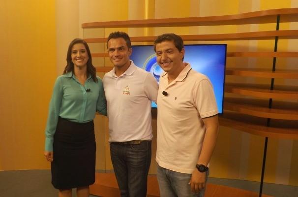 Os apresentadores Mariana Basso e Douglas Brito ao lado do craque Falcão (Foto: Emilio Botta/GloboEsporte.com)