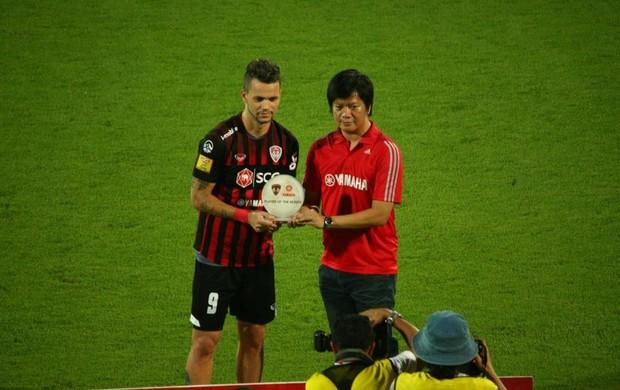 Paulo Rangel recebendo o prêmio de melhor jogador do mês (Foto: Arquivo pessoal)