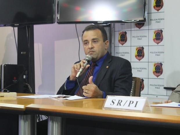 Delegado Carlos Alberto relata como grupo fraudava INSS (Foto: Juliana Barros/ G1)