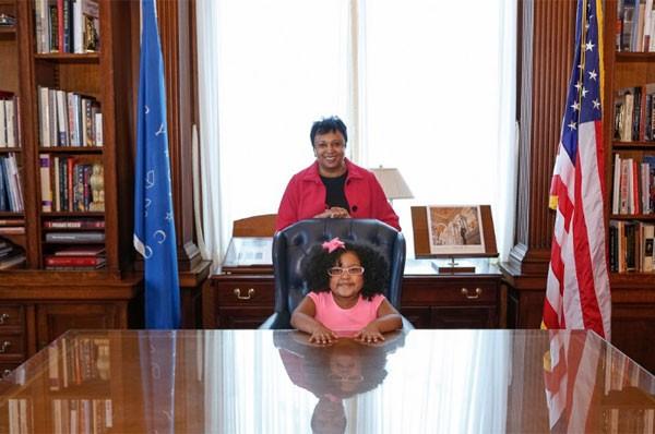 Daliyah Marie Arana e Carla Hayden (Foto: Reprodução Twitter)