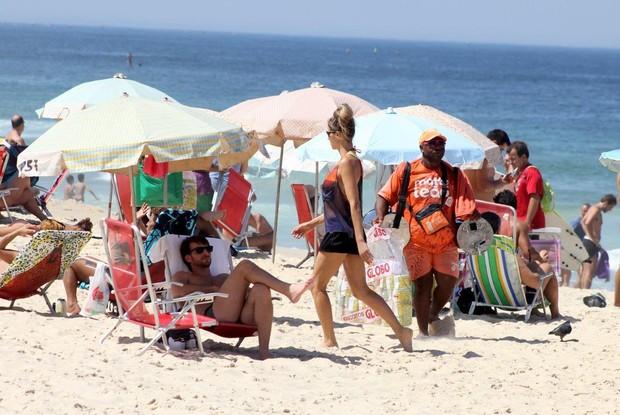 Fernanda Lima na praia  (Foto: JC Pereira/ Ag. News)