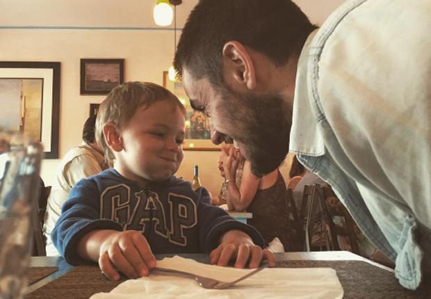 Felipe Simas e o filho, Joaquim (Foto: Reprodução/Instagram)