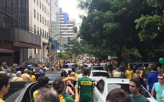 Carros parados em meio a manifestação em São Paulo neste 13 de março (Foto: Época)