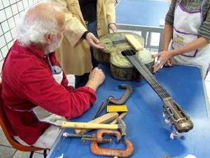 Violão antigo foi reparado por voluntários da iniciativa (Foto: Mariane Rossi/G1)