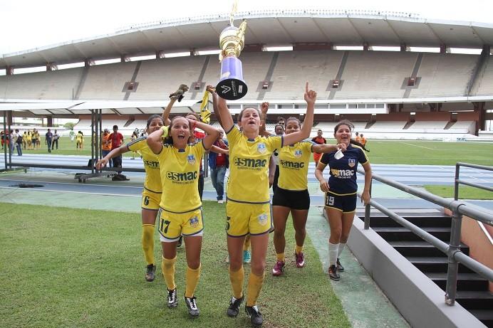 Meninas do Madre Celeste comemoram o título Paraense (Foto: Antônio Cícero/Colaborativo)
