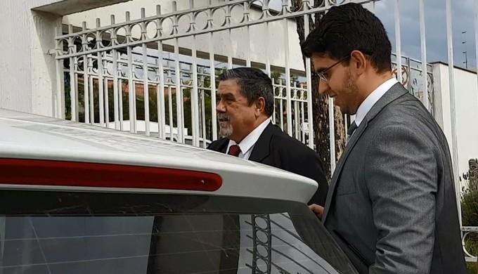 Advogado do goleiro Bruno, Lucio Adolfo (à esq.)  (Foto: Samantha Silva)