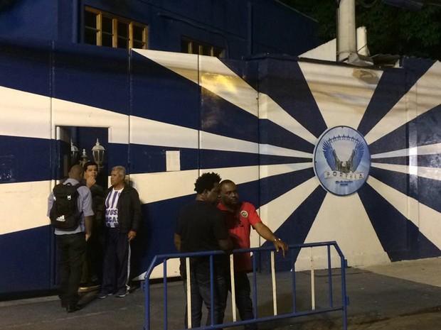 Quadra da Portela, em Madureira,  na noite desta segunda-feira(26) (Foto: Daniel Silveira/G1)