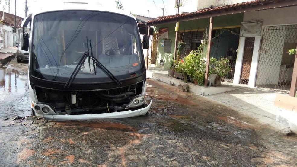 Micro-ônibus afundou em buraco no conjunto Panatis 2, em Natal (Foto: Barnardino de França Neto)