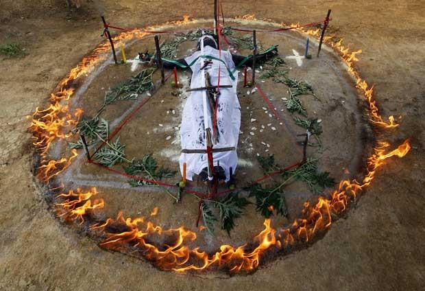 Gisela Marulanda, 23, que diz estar possuída, participa de ritual encabeçado por Hermes Cifuentes (Foto: Reuters)