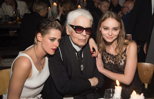 HAMBURG, GERMANY - DECEMBER 06:  (L-R) Kristen Stewart, Karl Lagerfeld and Lily Rose Depp attend the Chanel - Collection Metiers d'Art Paris Hamburg 2017/18 : Party on December 6, 2017 in Hamburg, Germany.  (Photo by Stephane Cardinale - Corbis/Corbis via (Foto: Corbis via Getty Images)