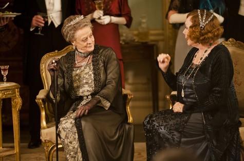 'Downton Abbey': Maggie Smith em cena como a Condessa de Dowager e Shirley MacLaine como Martha Levinson (Foto: Nick Briggs/AP)