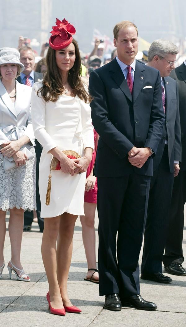 Kate Middleton, de vermelho e branco, em visita ao Canadá ao lado do príncipe William (Foto: Getty Images)