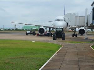 Avião no pátio com 5 horas de atraso na decolagem (Foto: Rodrigo Menaros / G1 RR)