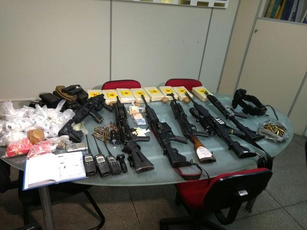 Armas, droga e equipamentos apreendidos no Pavão-Pavãozinho (Foto: Nicolás Satriano/G1)