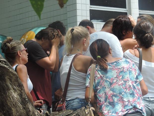 Parentes e amigos de Ricardinho lamentaram em frente ao hospital (Foto: Renan Koerich/GloboEsporte.com)