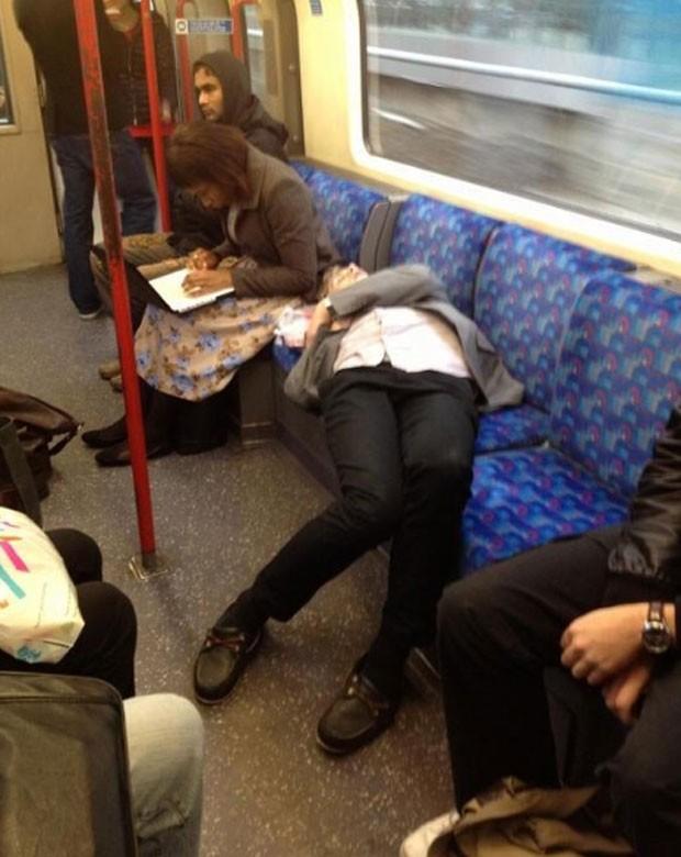 Usuário foi flagrado dormindo em posição curiosa (Foto: Reprodução)