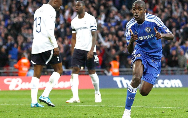 Ramires, Tottenham x Chelsea (Foto: Reuters)