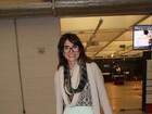 Com look irreverente, Maria Casadevall vai ao teatro em SP
