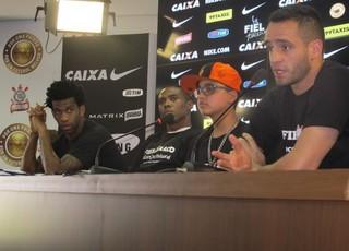 Gil, Elias e Renato Augusto em entrevista coletiva no Corinthians (Foto: Diego Ribeiro)
