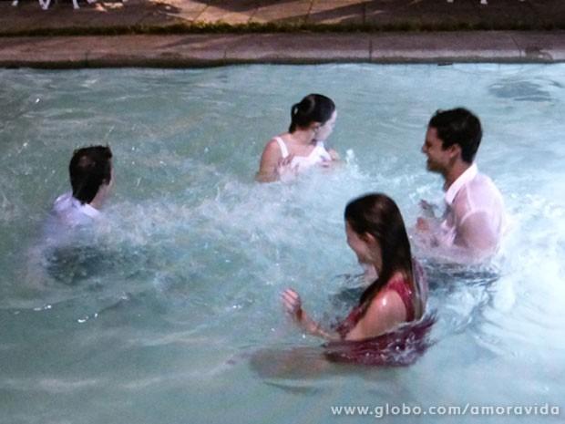 Para espantar o calor depois do casamento! (Foto: Amor à Vida/ TV Globo)
