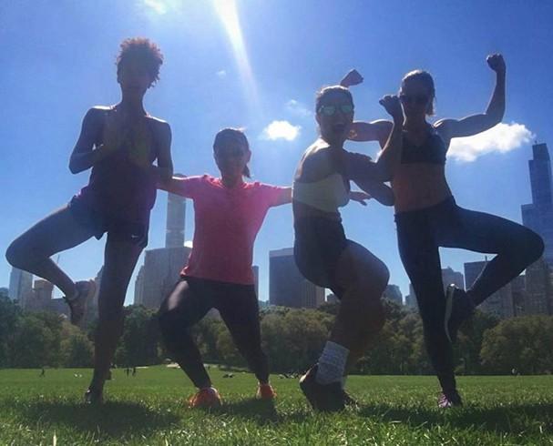 Juliana Paes e Sheron Menezzes e amigas treinam em parque de Nova York (Foto: Reprodução/Instagram)
