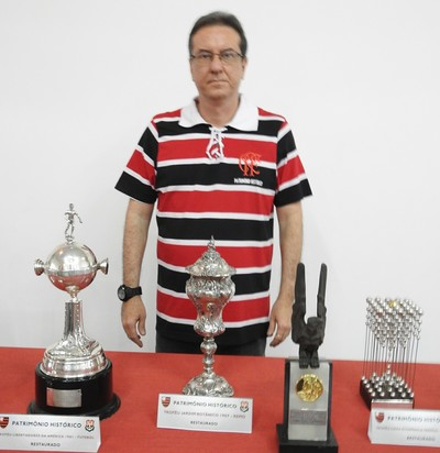 Daniel Rosenblatt posa perto de troféus restaurados pelo Patrimônio Histórico (Foto: Fred Gomes/GloboEsporte.com)
