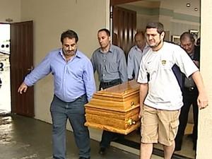 Caixão com o corpo de José Janene (Foto: Reprodução/RPC)