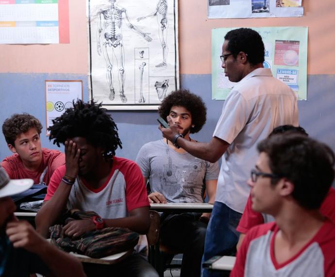 Sujou! Samuel assistiu o vídeo na internet (Foto: Felipe Monteiro/Gshow)