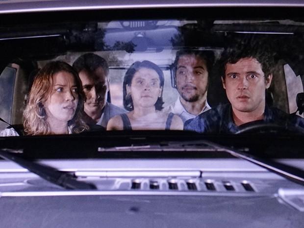 Laura e Caíque estão no carro cheio de espíritos (Foto: TV Globo)