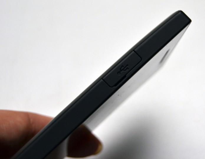 Lado esquerdo só tem conexão USB (Foto: Stella Dauer)