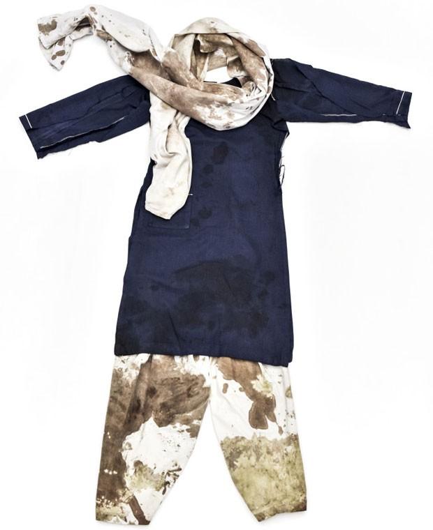 Organizadores do Prêmio Nobel exibem o uniforme escolar de Malala manchado de sangue (Foto: Divulgação/Nobel Prize)
