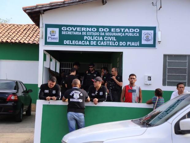 Suspeitos estão presos na delegacia de Castelo do Piauí (Foto: Divulgação/Polícia Civil)
