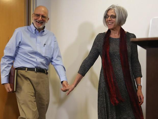 O prisioneiro norte-americano Alan Gross, libertado por Cuba, conversa com sua mulher em Havana  (Foto: AFP)