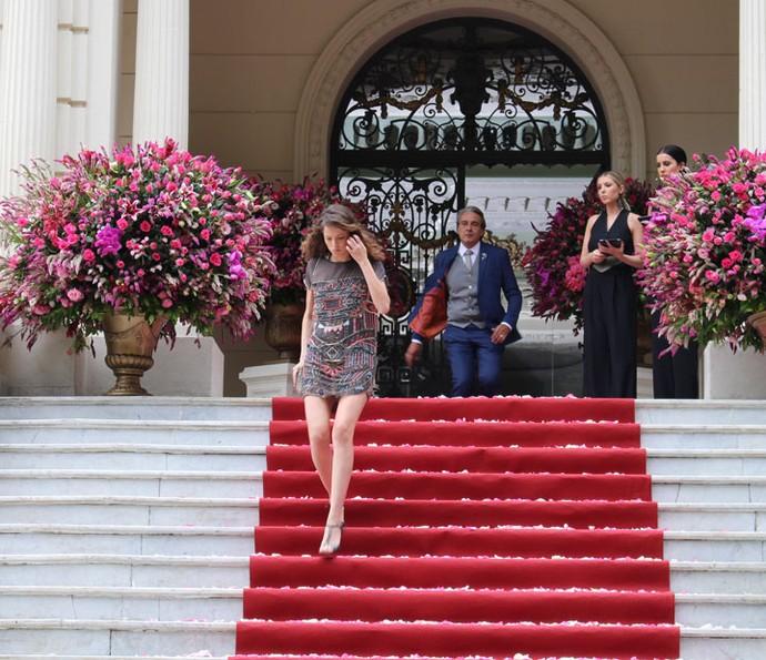 Camila vai embora depois de ser expulsa do casamento de Fedora (Foto: Ariane Ducati/Gshow)