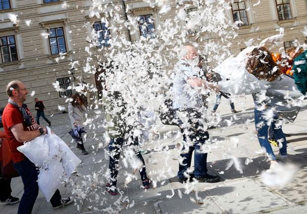 Participantes travam guerra de travesseiros em Viena, na Áustria (Foto: Leonhard Foeger/Reuters)