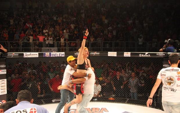 Larissa Pacheco comemora após vencer Irene Aldana no Jungle Fight 63 (Foto: Igor Mota / Jungle Fight)