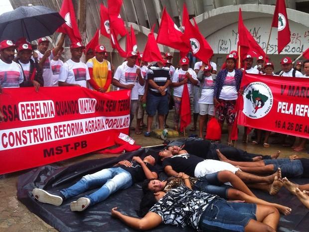 Integrantes do MST se concentraram no Estádio Amigão, em Campina Grande (Foto: Waléria Assunção/TV Paraíba)