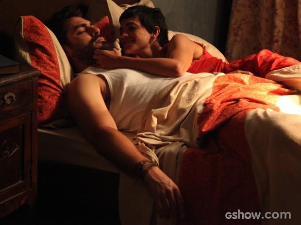 Ex-casal passa noite juntos e Toni acorda arrependido (Foto: Carol Caminha/TV Globo)