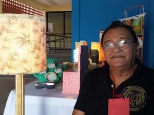 José Eleino descobriu o artesanato após a aposentadoria. Hoje diz não saber viver sem a atividade. (Foto: Diana Vasconcelos / G1 CE)