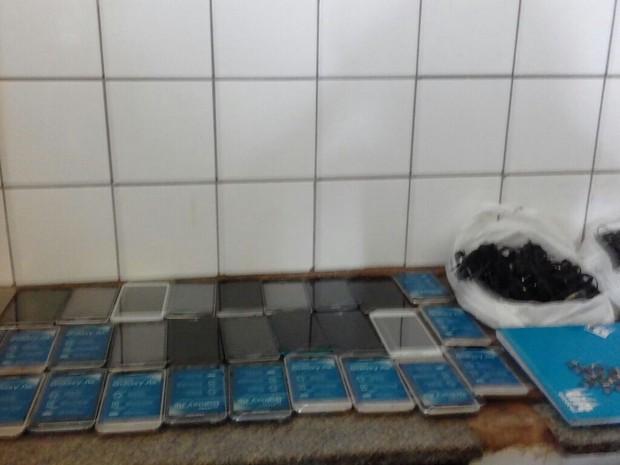 Agente carcerário é flagrado com 40 celulares quando chegava na CPP em Goiás (Foto: Reprodução/TV Anhanguera)