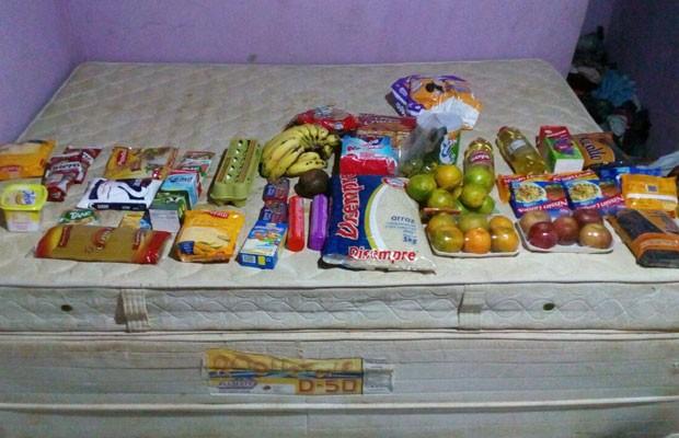 Arroz, macarrão, feijão, sal, margarina, frutas e outros alimentos doados a família de desempregado que disse que furtou para alimentar bebê em Brasília (Foto: Lucas Alexandre Rezende/Arquivo Pessoal)
