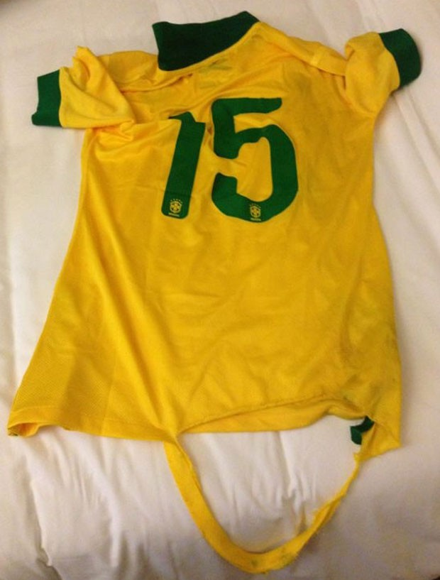 camisa osvaldo rasgada  amistoso brasil x chile (Foto: Divulgação)