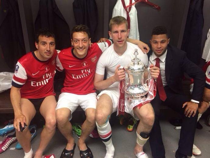 Arsenal festeja no vestiário (Foto: Facebook)