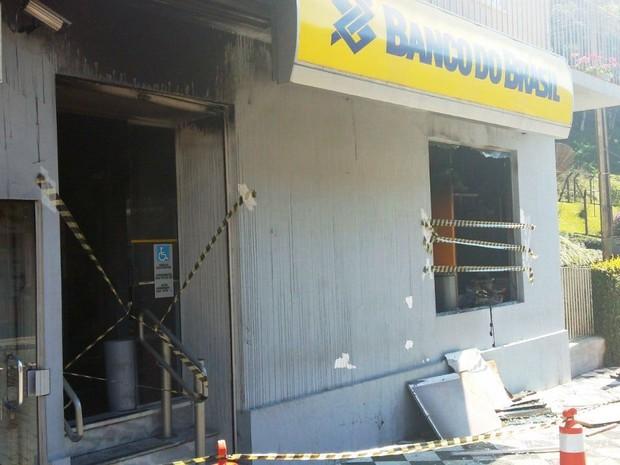 Incêndio foi registrado na madrugada deste domingo (2) (Foto: Maurício Cattani/RBS TV)