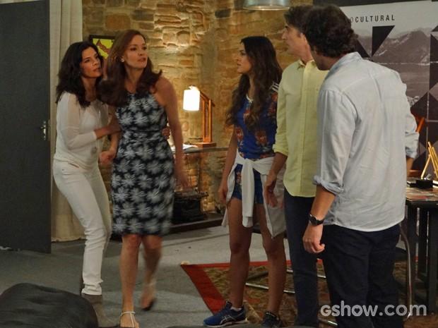 Cadu e Verônica tentam acalmar os ânimos (Foto: Em Família/ TV Globo)