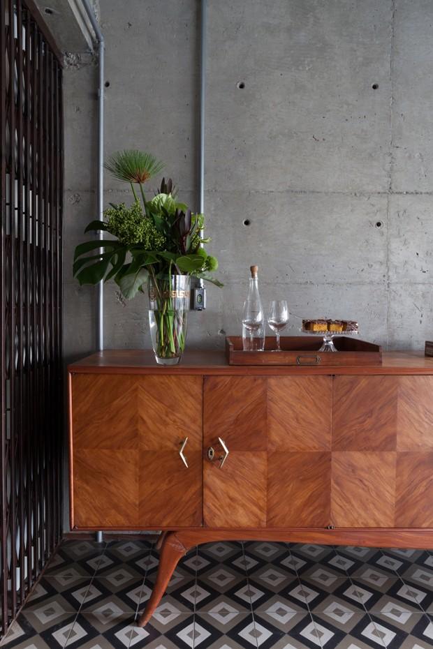 A cristaleira chama a atenção na cozinha deste apartamento em São Paulo (Foto:  Divulgação)