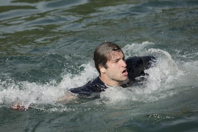 Desesperado, Tiago entra na água na tentativa de encontrar Isabela (Foto: Raphael Dias/Gshow)